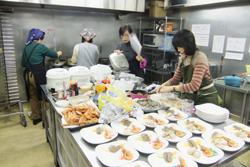 厨房で試食の準備